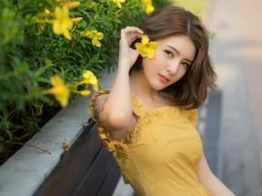 夏天 女孩 鲜花 黄色裙子 4k美女壁纸